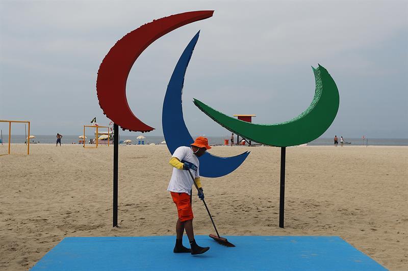 Escultura de los Juegos Paralímpicos en la playa de Copacabana, Brasil, a pocas horas de su inauguración. (Foto: EFE).