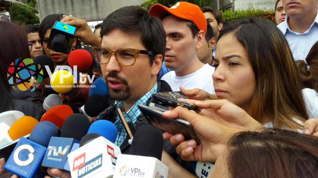 Freddy Guevara a la salida de Rosmit mantilla de la clínica, luego de su operación. (Foto: Mildred Manrique).