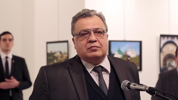 El atacante estaba metros atrás de Karlov cuando inició su discurso (AP)