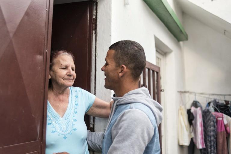 Caro junto a su madre, en la casa donde creció. © Gabriel Osorio