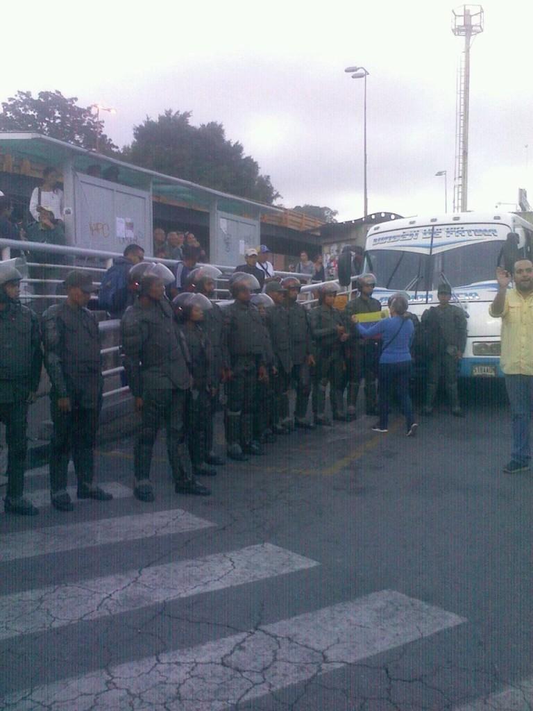 En el Complejo cultural los Salias no permitían subir a los buses. (Foto: Cortesía).