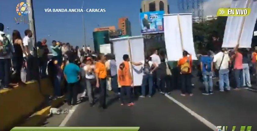 Protesta en la Av. Francisco Fajardo por elecciones. (Captura)