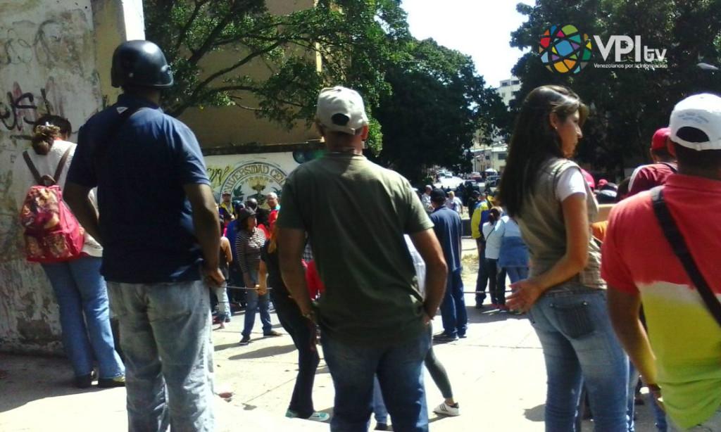 Situación irregular en el Hospital Vargas por presencia de colectivos. (Foto: Andrés Fornerino).