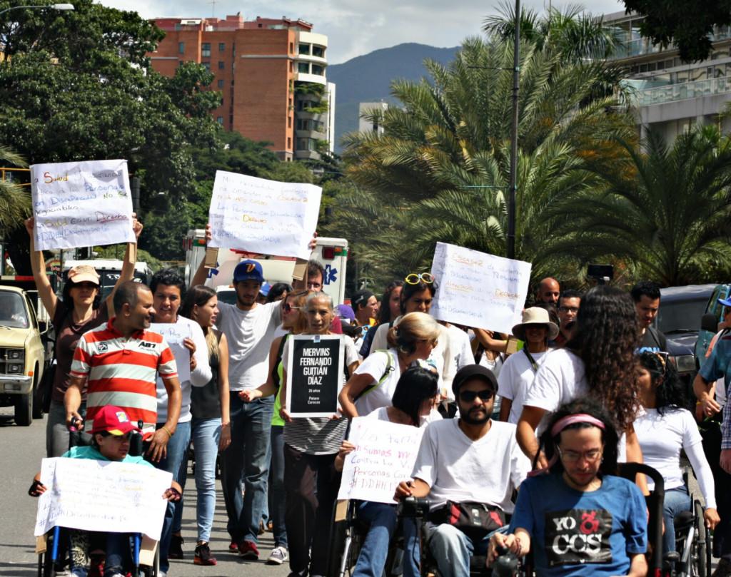 Personas con discapacidad se movilizaron hacia la plaza Alfredo Sadel. (Foto: Cosorven).