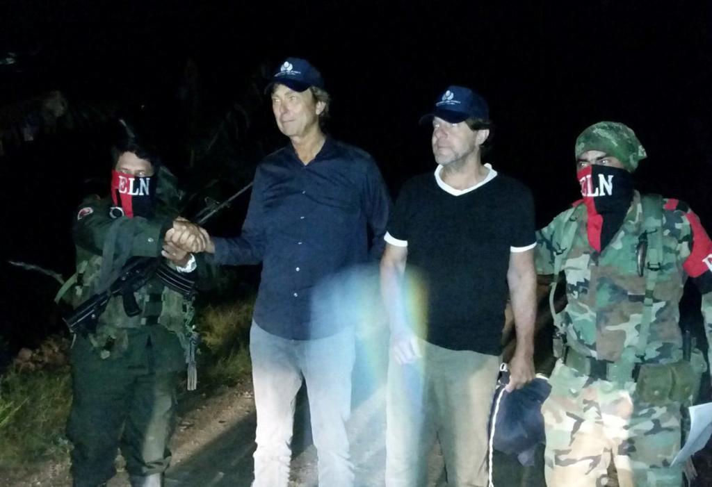 """BOG21. EL TARRA (COLOMBIA), 24/06/2017.- Fotografía cedida por la oficina de prensa de la Defensoría del Pueblo del momento en que son entregados por el ELN los periodistas holandeses Derk Johannes Bolt (2i) y su camarógrafo, Eugenio Ernest Marie Follender (2d) hoy, viernes 23 de junio de 2017, en El Tarra (Colombia). La guerrilla del Ejército de Liberación Nacional (ELN) entregó esta noche a una comisión humanitaria a los dos periodistas holandeses que mantenía secuestrados desde hace una semana en la selvática región del Catatumbo (noreste), informó hoy la Defensoría del Pueblo de Colombia. """"En una zona rural del Catatumbo, en Norte de Santander, acaban de ser entregados por parte del ELN a una Comisión de la Defensoría del Pueblo los dos periodistas holandeses"""", señaló la entidad pasada la medianoche de este viernes. EFE/DEFENSORÍA DEL PUEBLO/SOLO USO EDITORIAL/NO VENTAS"""