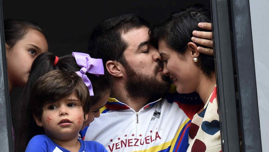 Venezuelan ex-imprisoned and former mayor of San Cristobal, Daniel Ceballos (C) kisses his wife --now San Cristobal's Mayor Patricia de Ceballos-- in Caracas on August 12, 2015, after a Caracas court placed him under house arrest because of health problems. Ceballos had been imprisoned since March 2014 on charges of inciting violence in street protests against the government of Venezuela Nicolas Maduro.  AFP  PHOTO/JUAN BARRETO        (Photo credit should read JUAN BARRETO/AFP/Getty Images)