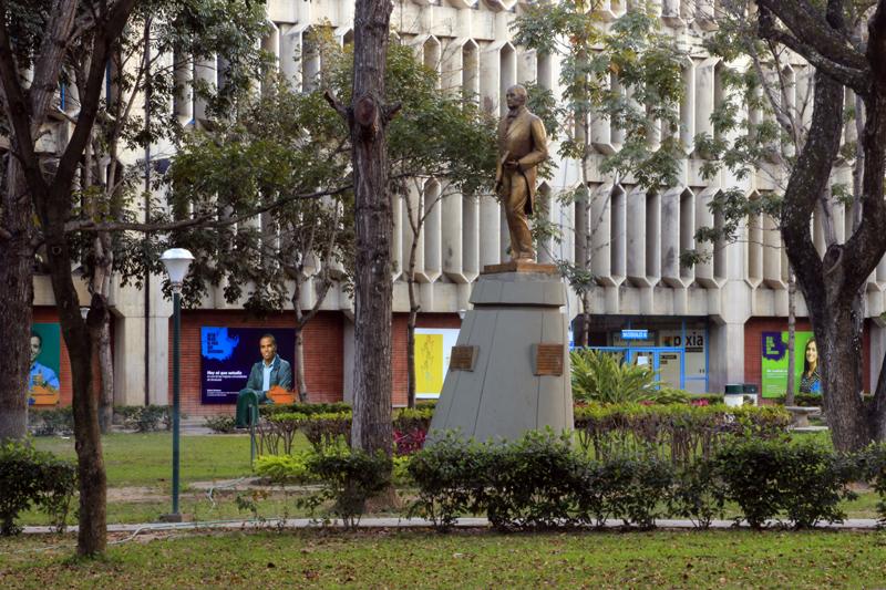 UCAB-Fachada-EstatuaAndresBello