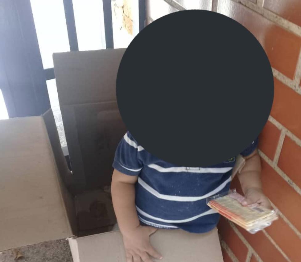 Niño abandonado en El Marqués. Foto @RCamachoVzla